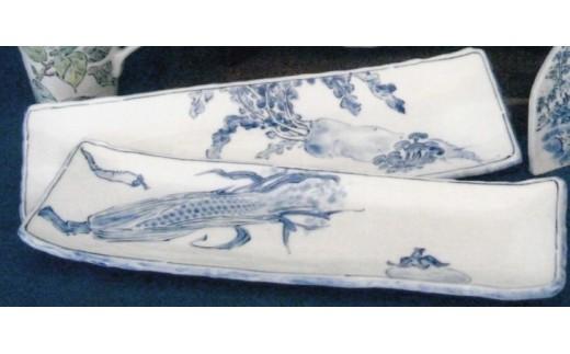 磁器粘土で造形後、四季の草花を染付で描いた長皿です。(絵付の指定はできません)