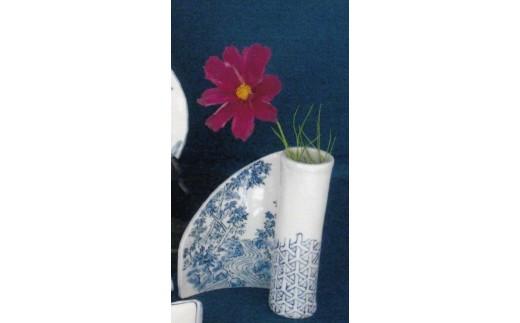 磁器粘土で造形後、四季の草花を染付で描いた一輪ざしです。(絵付の指定はできません)