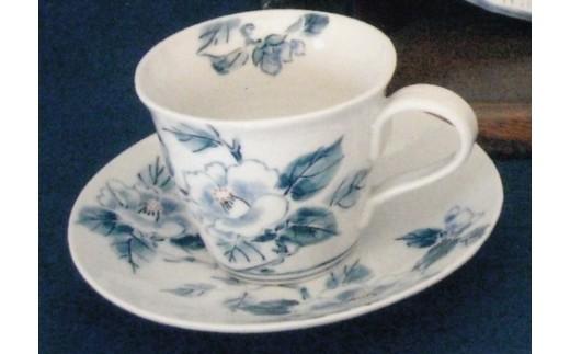 磁器粘土で造形後、四季の草花を染付で描いたコーヒーカップとお皿のセットです。(絵付の指定はできません)
