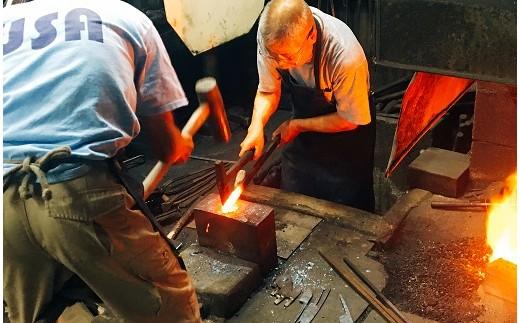 熱した鉄を叩いて伸ばすところから体験は始まります。