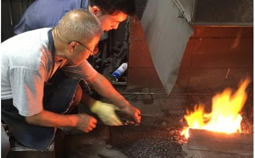 熱した鉄を自分オリジナル包丁に!