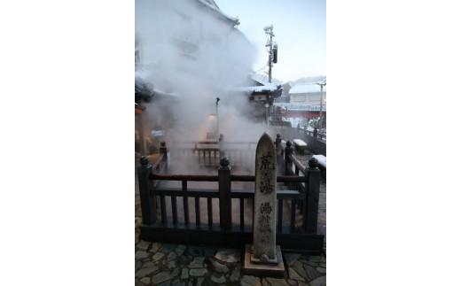 湯村温泉の源泉、荒湯のお湯をトラックに積んでお持ちします。