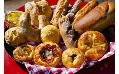 """【3か月定期便】 """"愛パン家""""必見! 季節のパンなど約100種類から厳選した「おまかせパンセット」"""