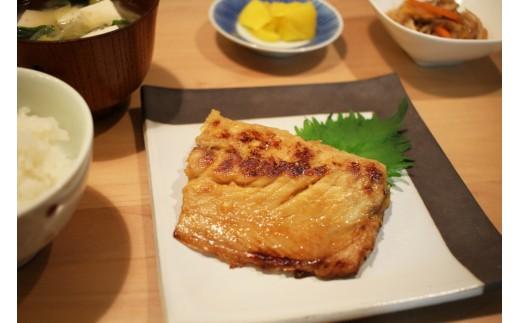 【サバ 西京漬け】調理例 ※半身をさらに半分に切っています