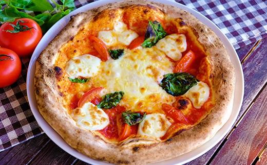 【マルゲリータ】 トマトとチーズとバジリコのシンプルなトッピング。 まさにナポリピッツァの定番です。