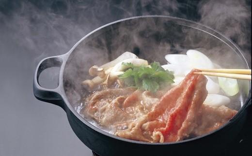 米沢牛の特徴はきめ細かい霜降りと脂の質の良さです。 上質の脂は、うまみと香りがあり、とろけるような食感をつくりあげます。