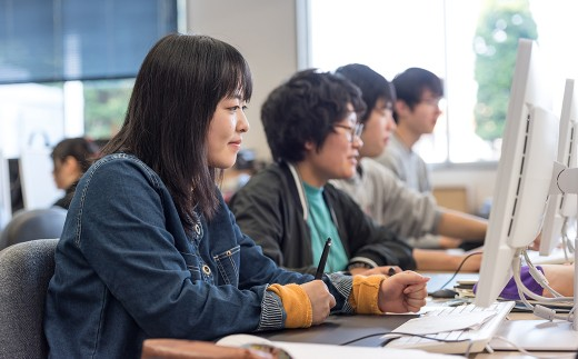 北上コンピューターアカデミーは、地域の活性に貢献するIT技術を習得するため、男女別け隔てなく多くの生徒が前向きに学んでいます。