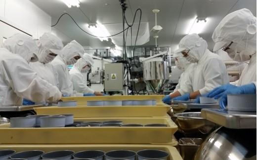 ◆製造スタッフが高度な衛生環境の元、家庭料理を作るようにひとつひとつ丁寧に手詰めで仕上げています。