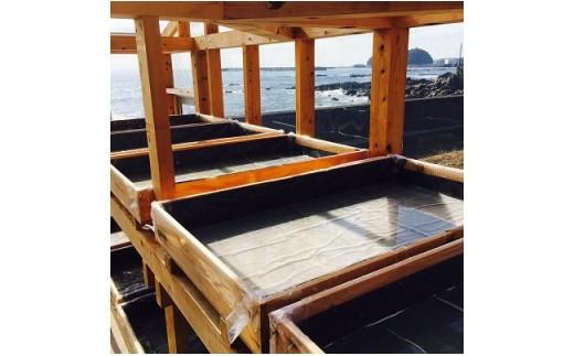 ◆海沿いの製塩施設内では、海水が徐々に塩に変化する様が見られます。