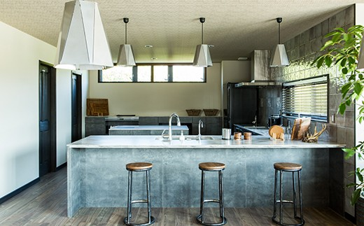 ダイニングより更に奥、天井の下がった空間にはグレイッシュな石目をベースとしたキッチンカウンターを設置しています。