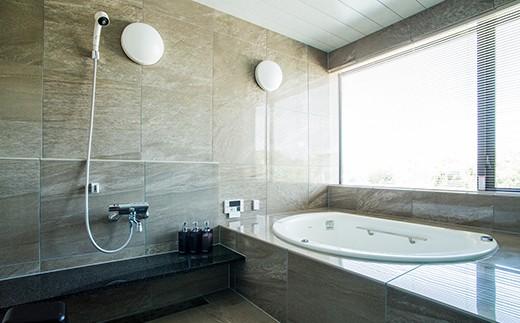 明るく広々とした開放感のあるバスルーム。