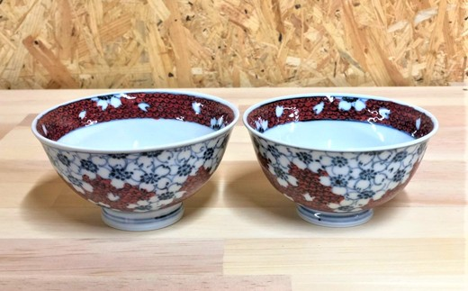 MK19008 〚桜の有田焼〛伝統工芸士惣次郎窯作の夫婦茶碗(染付・赤濃桜)