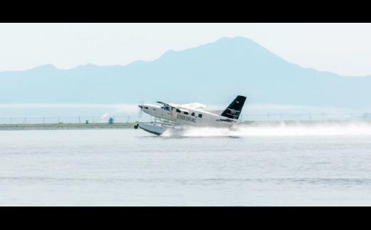 遊覧船や船では見ることのできない島根半島の入り組んだリアス式の海岸を空から見渡すことができます。