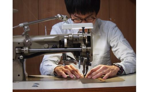 ※作業風景です。一人でデザインから資材調達、縫製まで行っています。