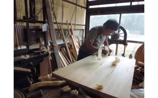 小峯さんの作業現場へお邪魔致しました。木製の風呂桶製作中のようすをそっとのぞき見、額に汗したまさに職人!