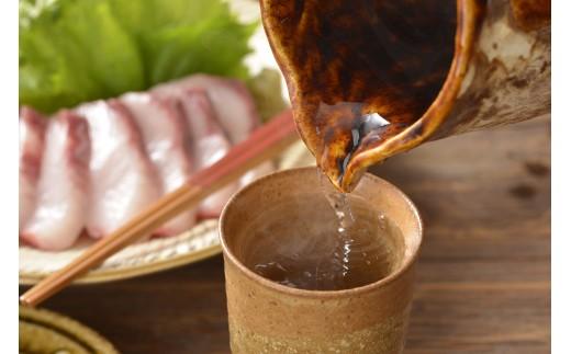 島内の5つの蔵元が、伝統の技法で醸し出した原酒を巧みにブレンド・熟成させた黒麹仕込みの焼酎です。
