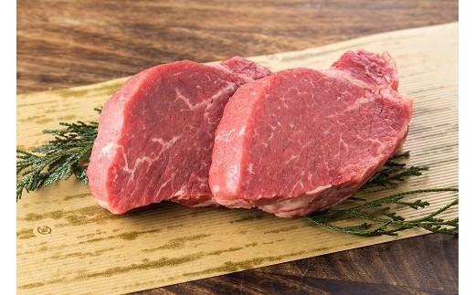 生後およそ2年肥育された国産牛(ホルスタイン牛の雄)は、和牛(黒毛和牛)に比べて赤身が強く、弾力があり、うま味の強い肉です。
