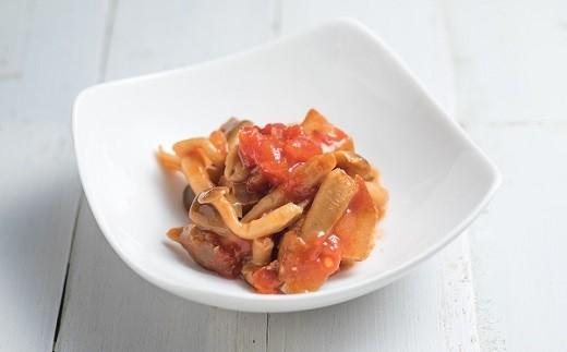 ◆トマトで煮込んだカツオとキノコです。地元のシメジを新鮮なうちに加工するので、食感がシャキシャキしています。女性に大人気!