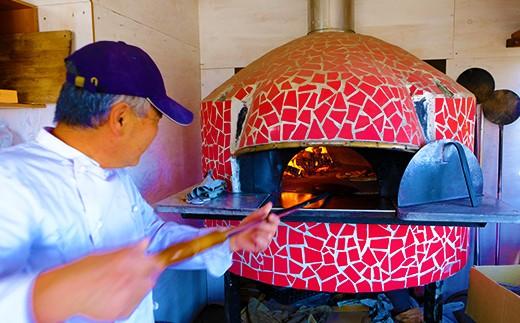イタリア製の本格石窯を使用。火の流れが違います。