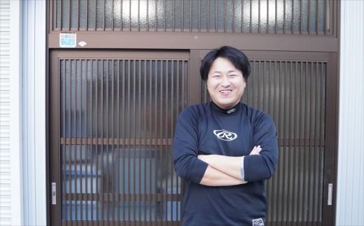 代表の廣戸さん。奥様と二人で太刀魚フライを作っています!