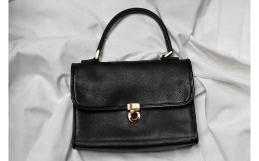 学生鞄を思わせるレトロなデザインでどこか懐かしさを感じる「PAGOT」の新作バッグです。