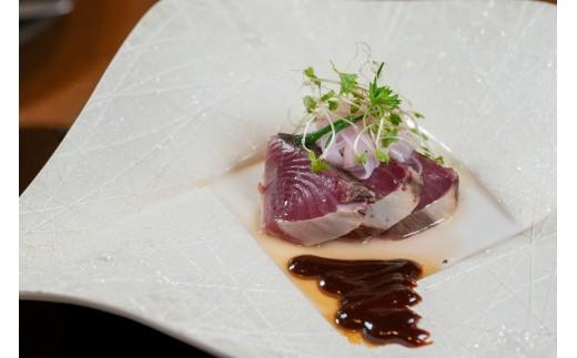 前菜:戻り鰹のタリアータ 赤玉葱のピクルス・・・宮城産のカツオを炙り、赤味噌とチョコレートのソースで