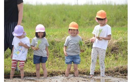 地域の子どもたちといっしょに田植え