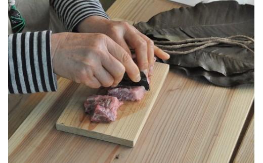 石器(黒曜石)のナイフで肉を切ることができます。
