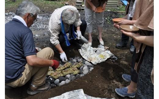 肉や野菜を木の葉で包み、熱した石で調理する石蒸し料理は、ここでしかできない体験です。