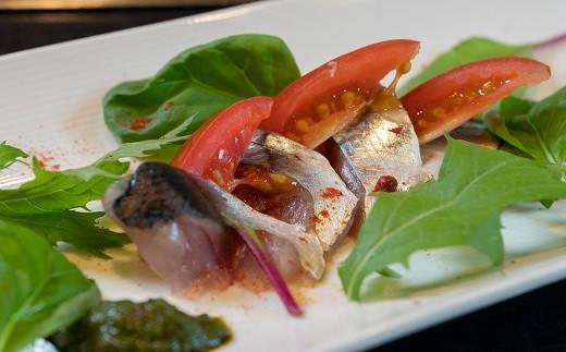 冷菜:旬の鮮魚のカルパッチョ・・・新秋刀魚のカルパッチョ バジルを使用したジェノベーゼソース