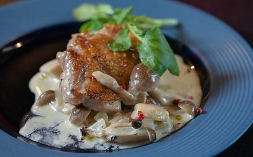 肉料理:播州百日どりのフリカッセ・・・近隣の名物「播州百日どり」を皮目はパリッとソテーし、白ワインと生クリームで煮込んだ料理です