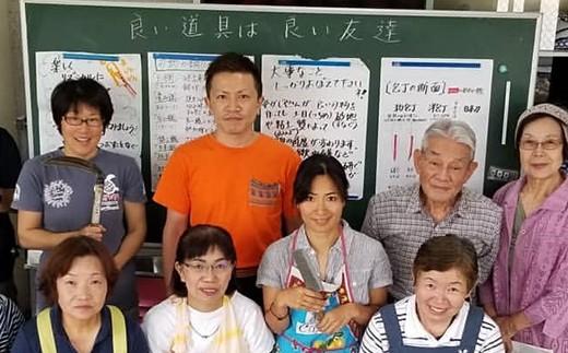 田中惣一商店の店主曰く「良い道具は良い友達」。アジ切包丁の研ぎ方を伝授いたします