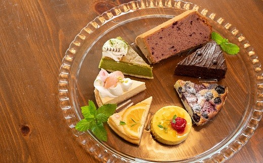 隣の畑で採れた果物や西脇市産の果物を使用した、パティシエが作るオリジナルケーキ♪季節のケーキ6種程度からお選びいただけます。