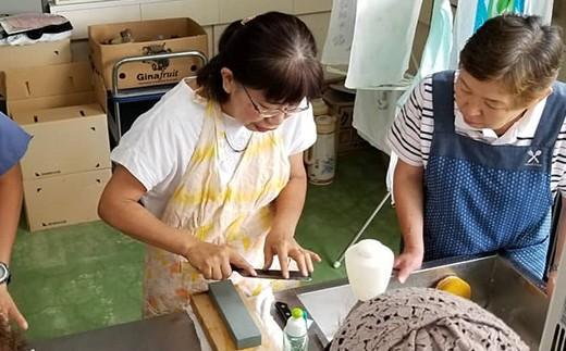 母親の明美さん。2019年7月に実施した「包丁・鎌研ぎ教室」の様子です。