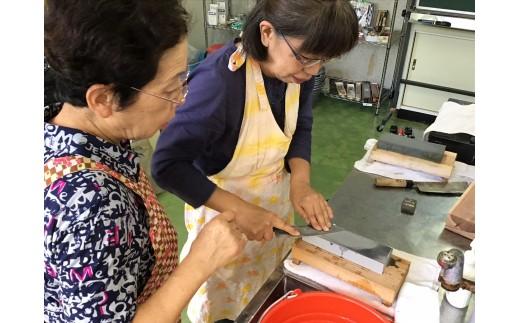 人気の刃物研ぎ教室で、講師を務めている田中さんがご愛用の包丁を研いでお返しします。