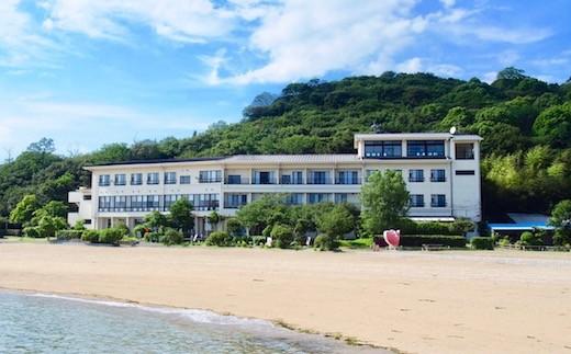 目の前には砂浜、ビーチ! 無人島の海辺に建つ宿舎です