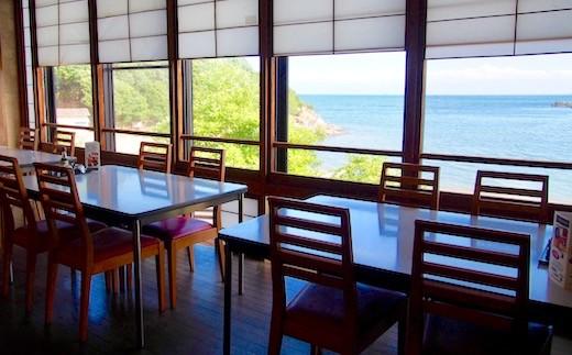 穏やかな瀬戸内海を眺めながらお食事のひと時を