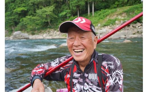 体験をしていただく宮川町の鮎釣り場での名人。この時も、開始わずか10分で2匹を釣り上げた