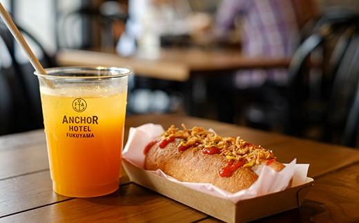 朝食は1階BARで。ホットドッグとお好きなドリンクをどうぞ