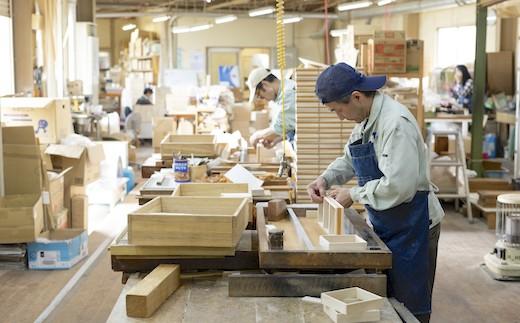福山市新市町の自社工場で、多種多様な桐箱の製造を一貫して行なっています
