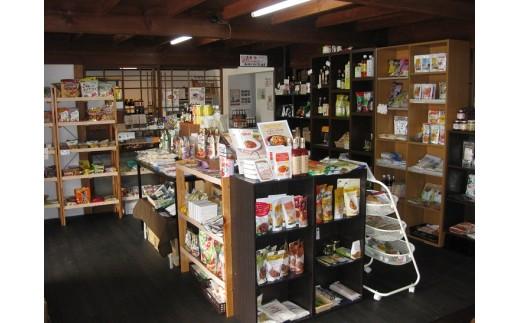 店内には沢山の自然食品が並ぶ