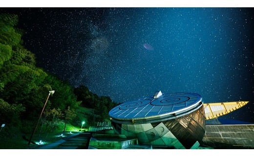 「テラ・ドーム」は、東経135度、北緯35度の交点「日本のへそ」にある地球・宇宙をテーマにした科学館です。