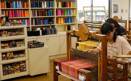 工房では障がいがある人もない人も、一緒に織りを楽しんでいます
