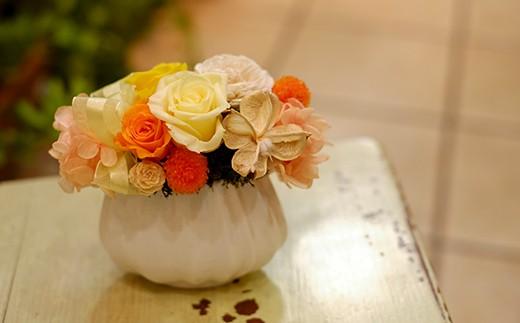 ばらの花を中心にアレンジします