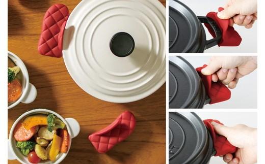 内部にある上下のふくらみが鍋の取っ手にフィットし、ズレにくくしてくれます。