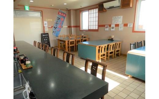 鮮魚コーナーの奥に食堂が併設されています。