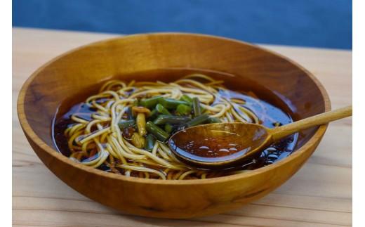 乾麺なのに、つるっともちもちした食感に驚くかもしれません。それは「西わらび」のおかげ