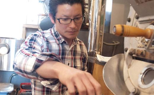 「元珈琲嫌い」の店長 三宅。珈琲嫌いでも美味しくいただけるよう、自家焙煎にこだわります。