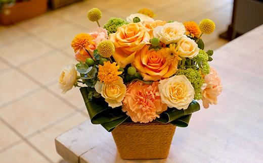 ビタミンカラーのバラをメインにしたアレンジメントです