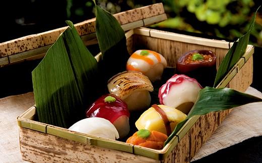 風情ある竹かごの中には、8つの彩り鮮やかなてまり寿司が美しく並びます
